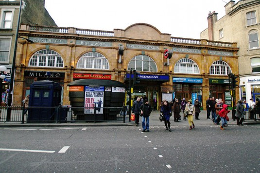 800px-London_earls_court_station_entrance_31_01_2012_11-51-25